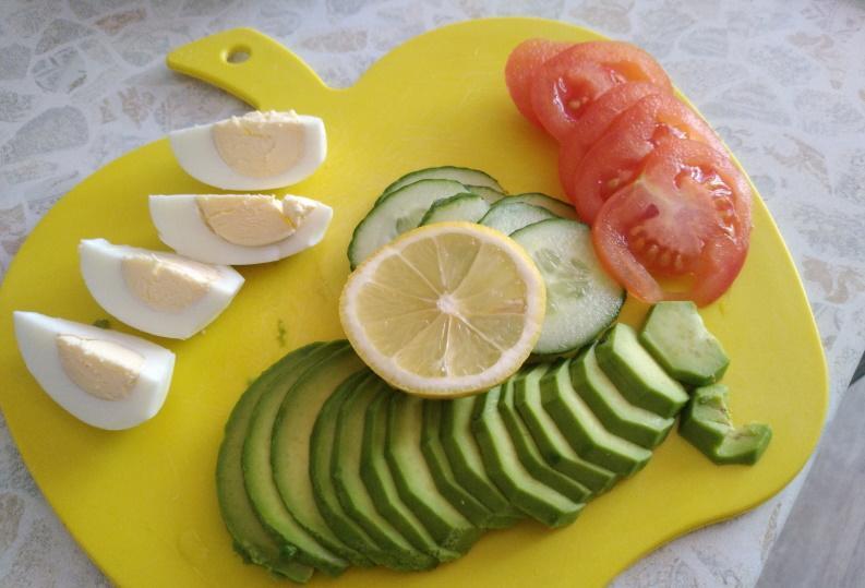 Нарезаем авокадо яйцо и овощи