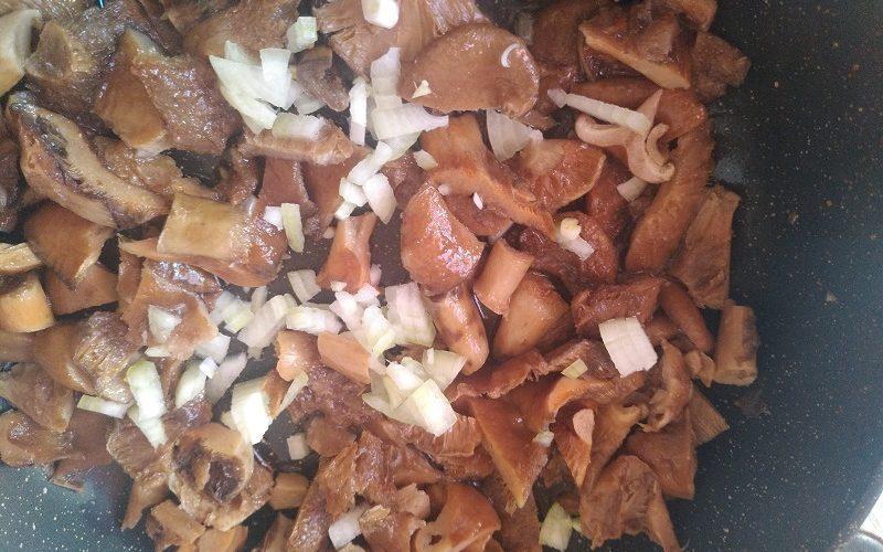 на сковороду засыпаем грибы и лук