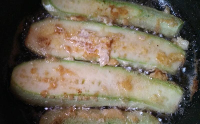 Рулетики из кабачков с творожным сыром.